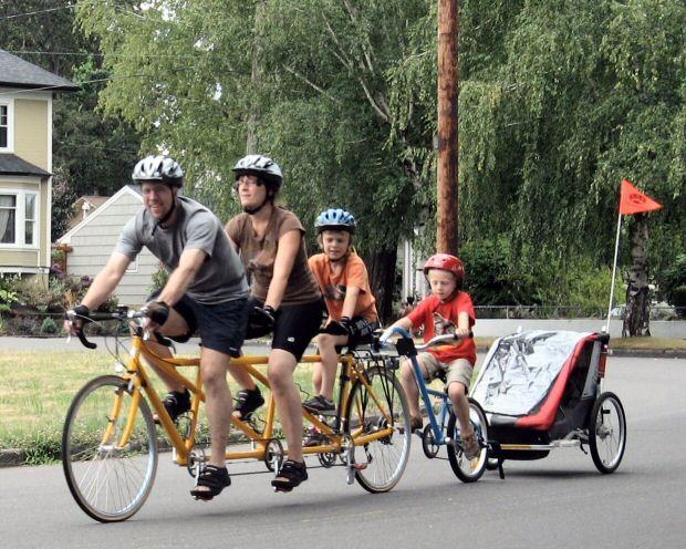 Toda la familia en un tri-tandem, un semitándem y un carrito... Metal Cowboy