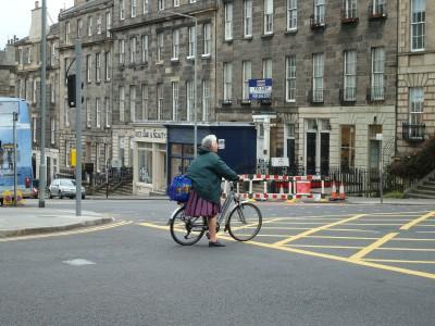 Mujer mayor circula por las calles de Edinburgo, posiblemente una de las ciudades con más cuestas de toda Europa