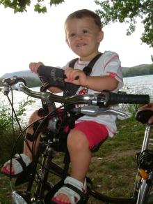 Viajar con ni os i c mo llevar a los ni os en bici compa eros de viaje - Silla bebe bicicleta delantera ...