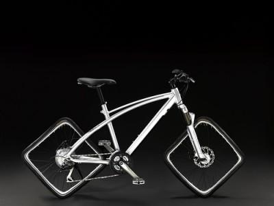 Esta es simple imaginación, un trucaje fotográfico a partir de una foto de una bici de Peugot