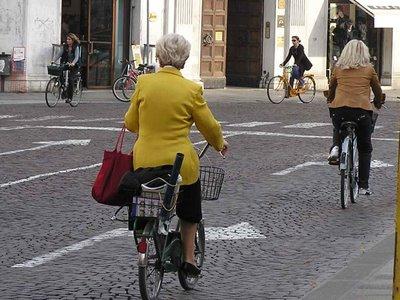 Una ciclista urbana en Ferrara, Italia