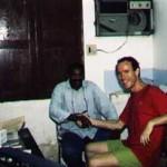 Brasil – Itaituba – Estado de Amazonas – 22-09-1993<br /><br /><br /><br /><br /><br /><br /><br /><br /> Dándonos la mano para sellar la apuesta en la que él decía que no podría atravesar un inhóspito trozo de selva, y yo opinaba que sí.