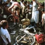 Larry arreglando un pinchazo en algún sitio de Nepal