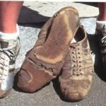 Zapatillas que han llegado a donde iban. Las de Barbara están sujetas con cinta americana.