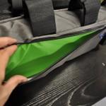 Las framebags tienen un refuerzo de  goma en las zonas de los tubos para que los trastos no traqueteen en los baches. Además el forro en colores claros y vivos permite distinguir con facilidad lo que llevas dentro de la bolsa