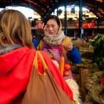 Negociando el precio en un mercado. Foto de Álvaro Martín (en Flickr)