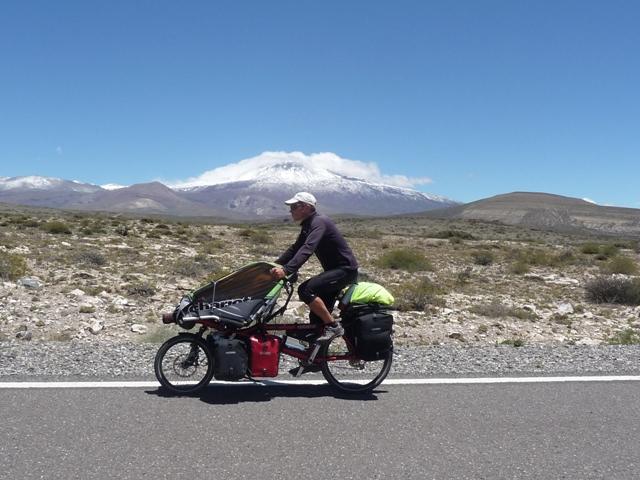 Pedaleando en Argentina, con el volcán Domuyo al fondo