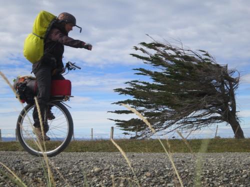 Rodar por Patagonia tiene algo de locura, pero hacerlo en monociclo y en solitario no sé cómo definirlo... Aquí tenéis a  la canadiense Anne Sophie Rodette en su maquina. http://monocyclette.ca/
