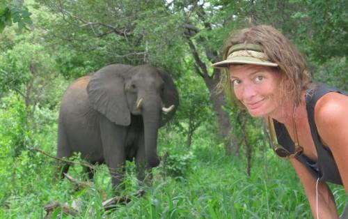 La anfitriona, Loretta Henderson, en África. Lleva cuatro años dando la vuelta al mundo a pedales sin perder el buen humor (http://www.skalatitude.com)