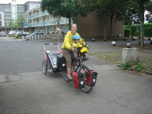Petra Stranger ha viajado con su familia (pareja e hijo pequeño por medio mundo). La foto corresponde a un viaje madre-hijo por Holanda (http://thecyclingfamily.wordpress.com/)