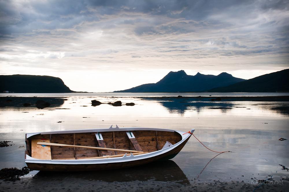 Una barca sobre el paisaje